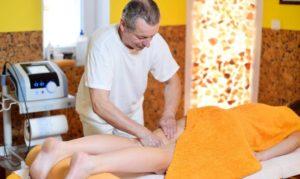 Klasická masáž zezadu - po ní Vám nohy ožijí.